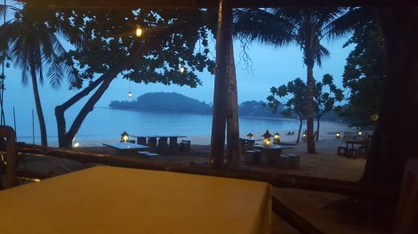 Prasarnsook Villa Beach Resort restaurant overlooks the beach