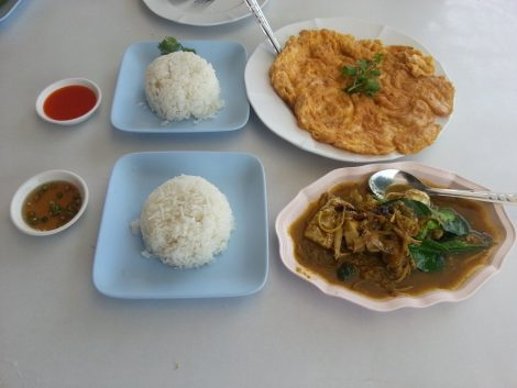 Fish curry and crab omelette at Ploensamut Restaurant