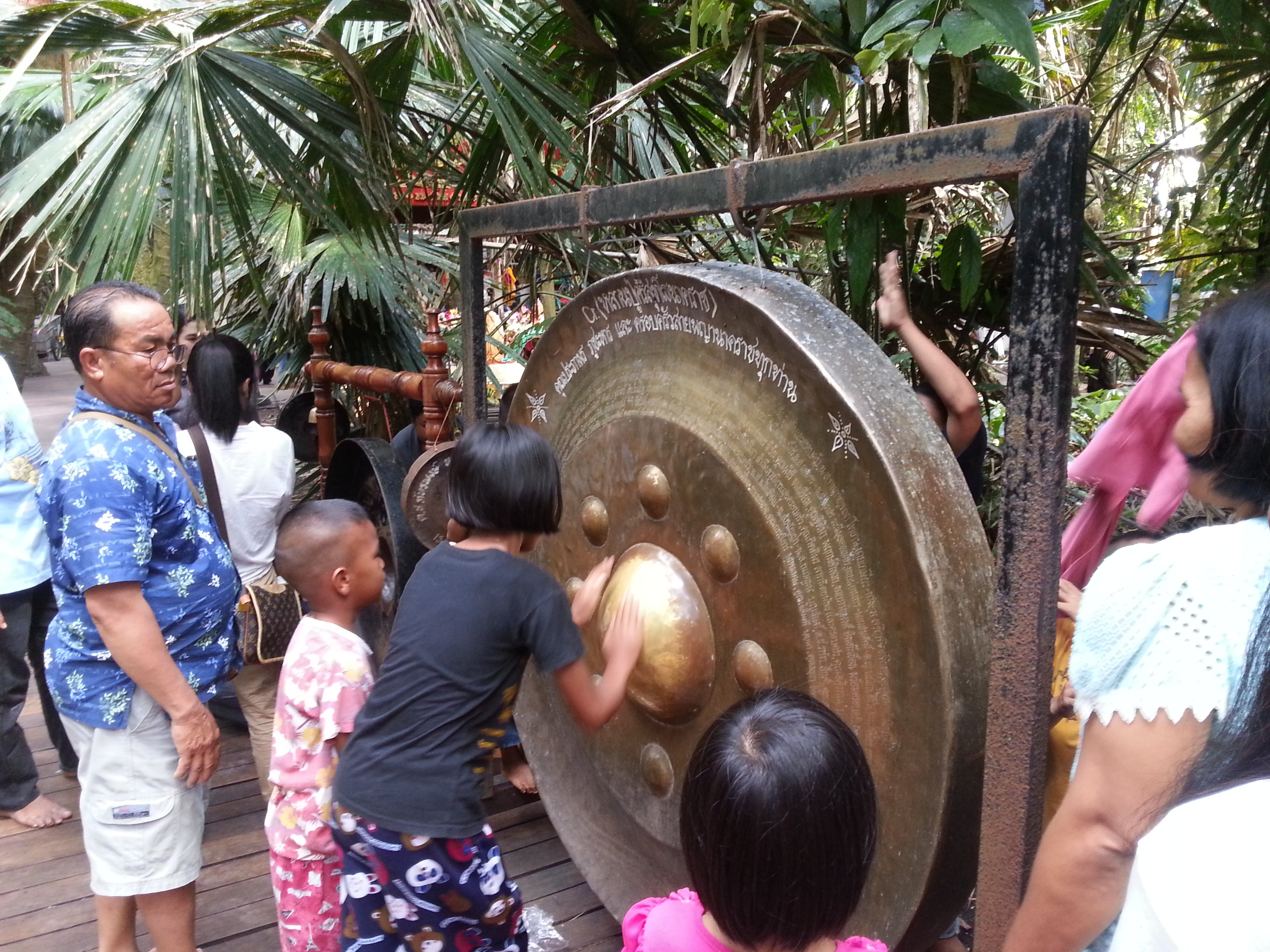 Making the gong sing to ensure your wish is fulfilled