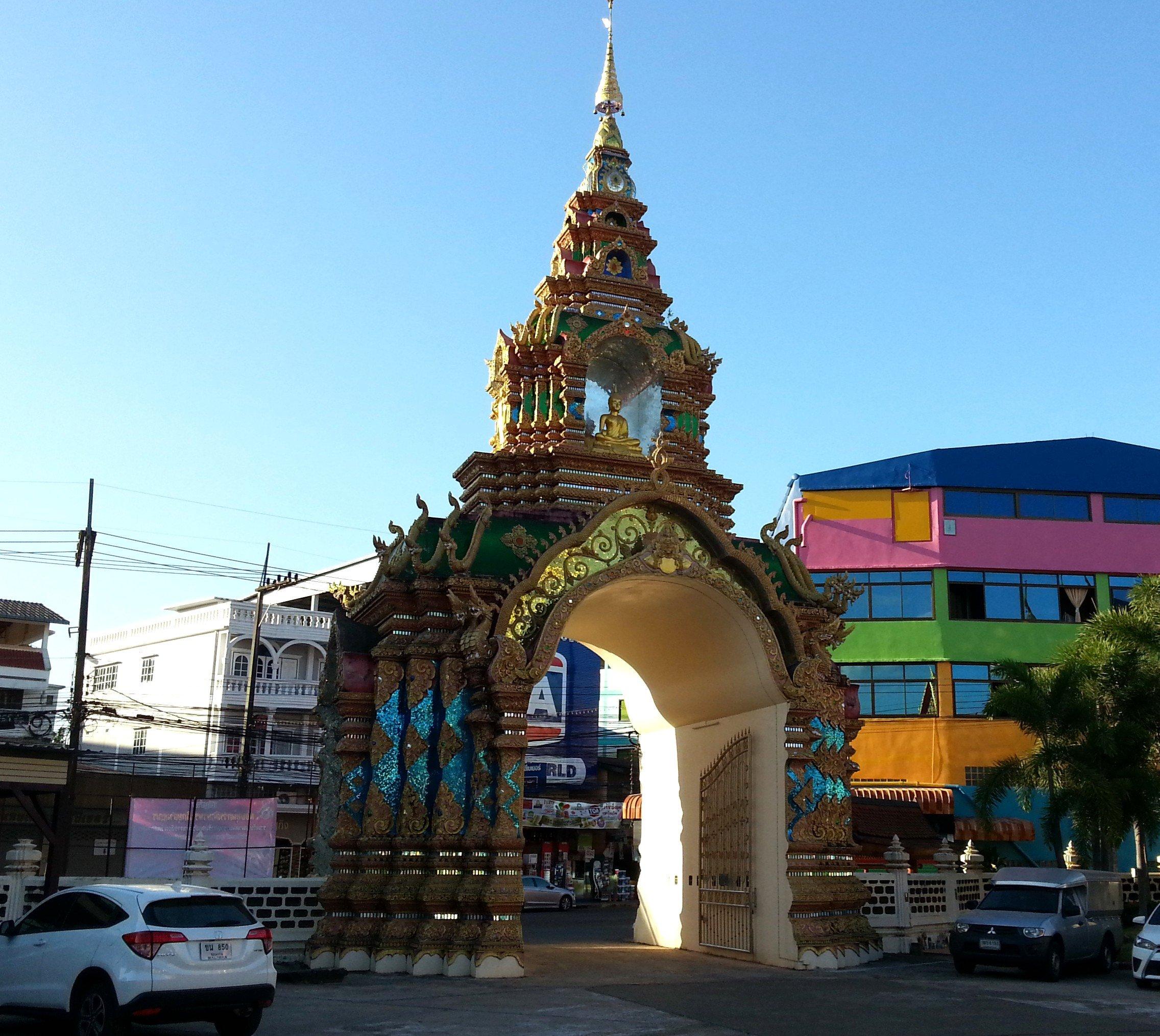 Entrance gate to Wat Chaeng Saeng Arun