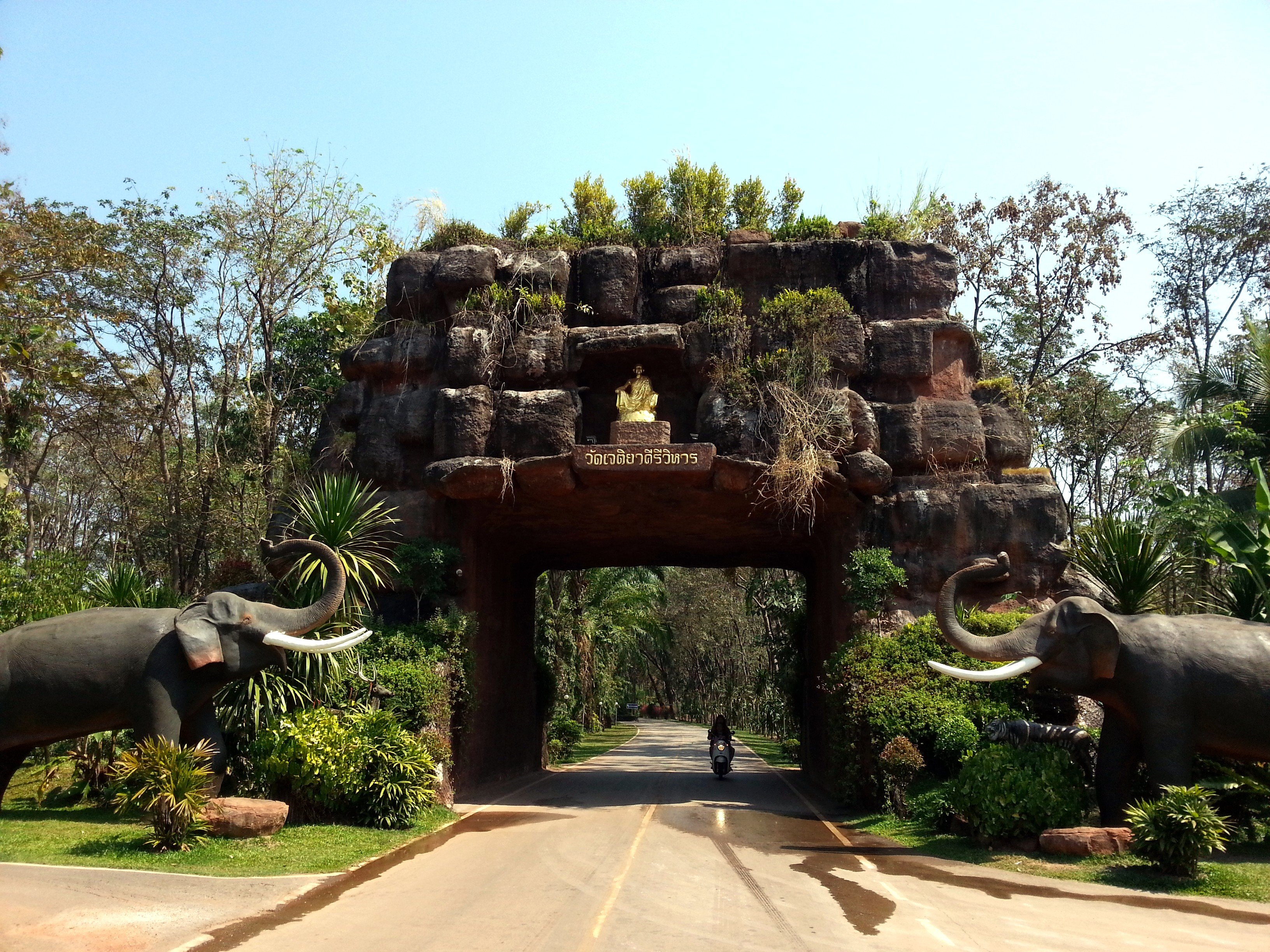Entrance to Wat Phu Tok