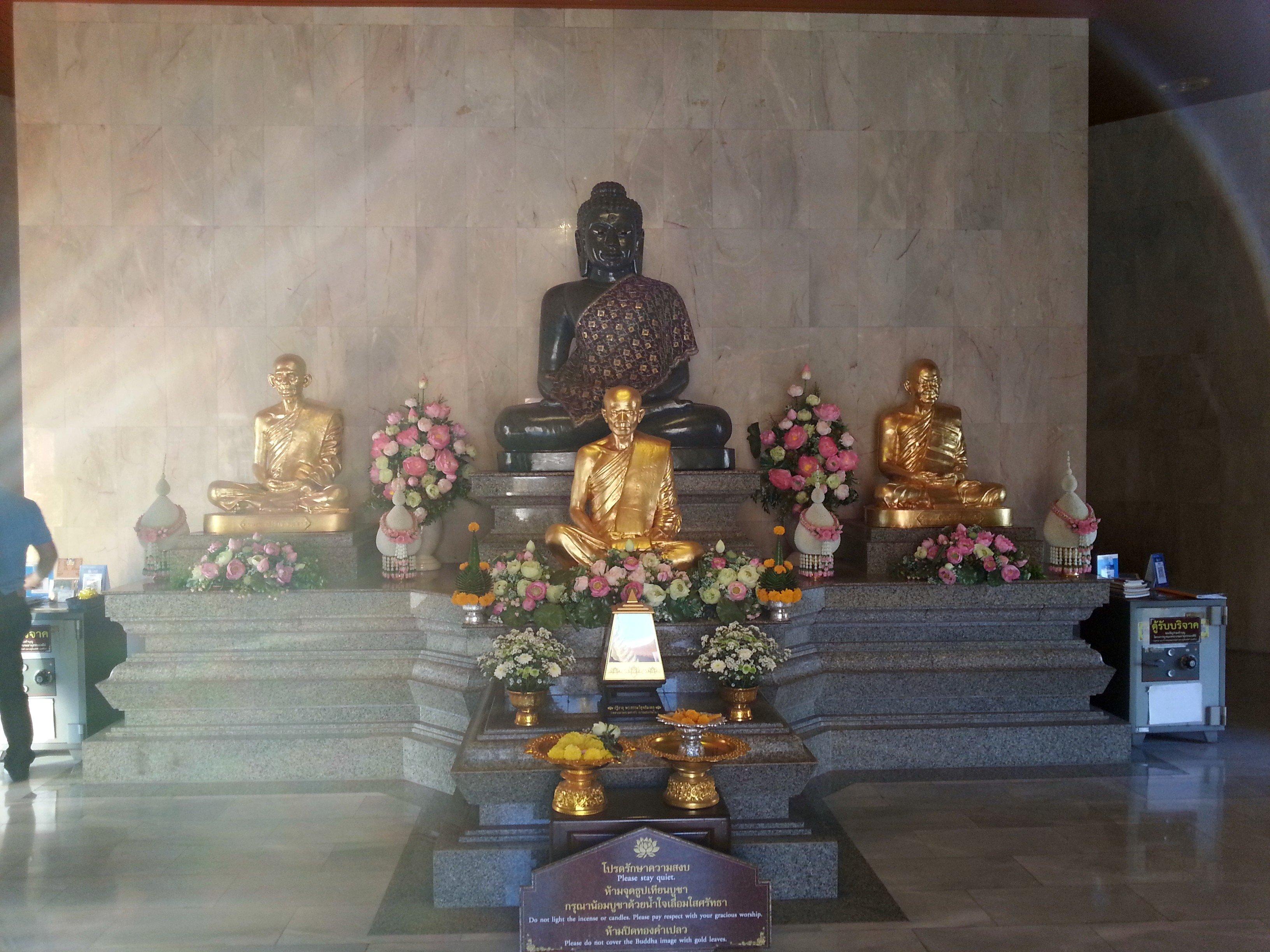 Monk statues at Wat Pothisomphon