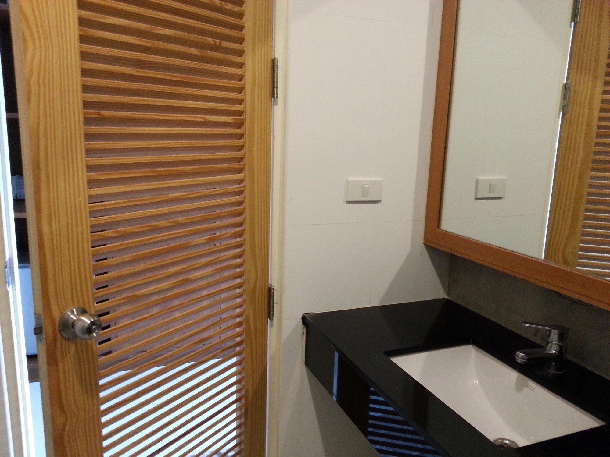Bathroom at the Merdelong Hotel