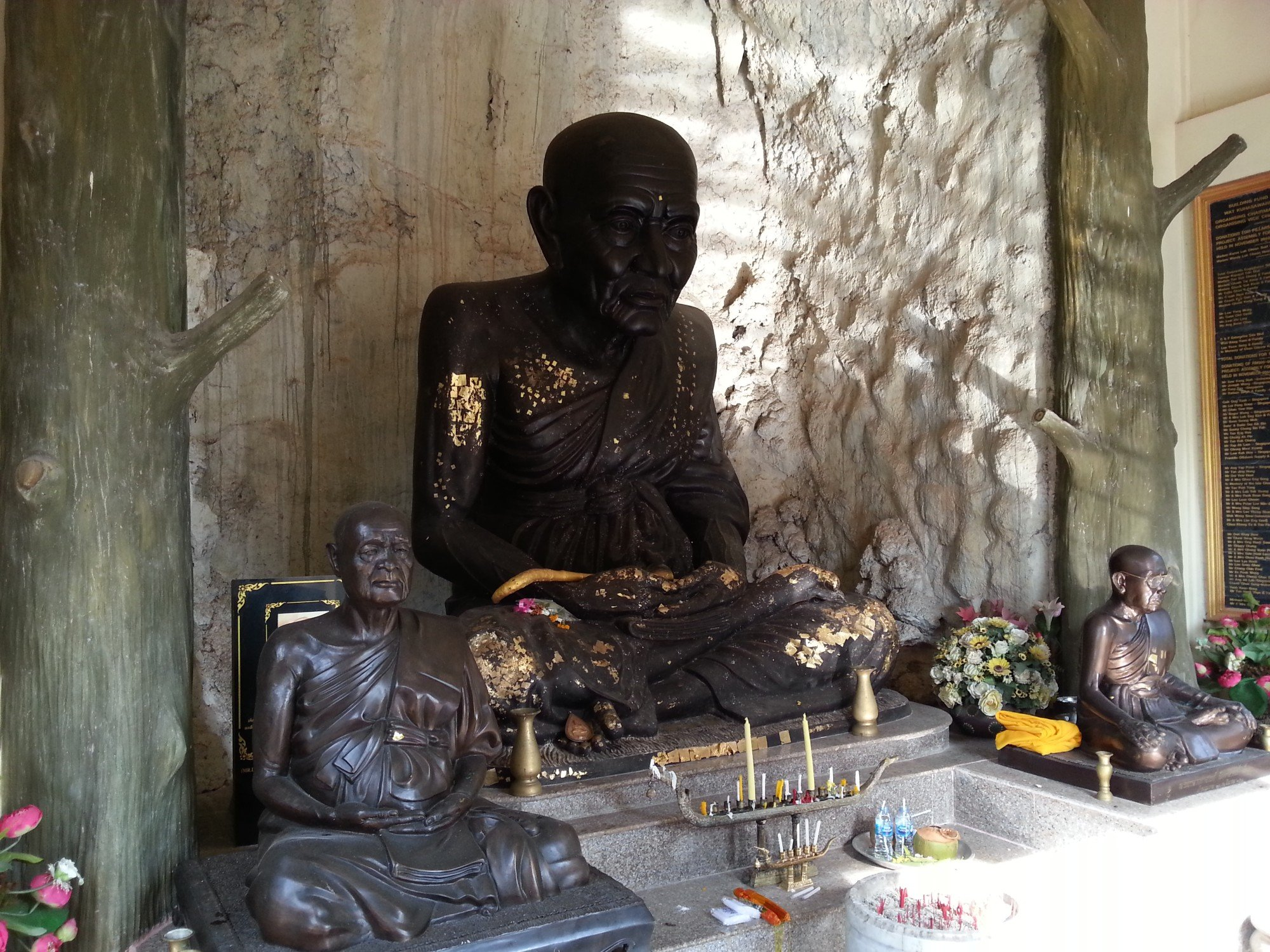 Monk statues at Wat Khuha Sawan