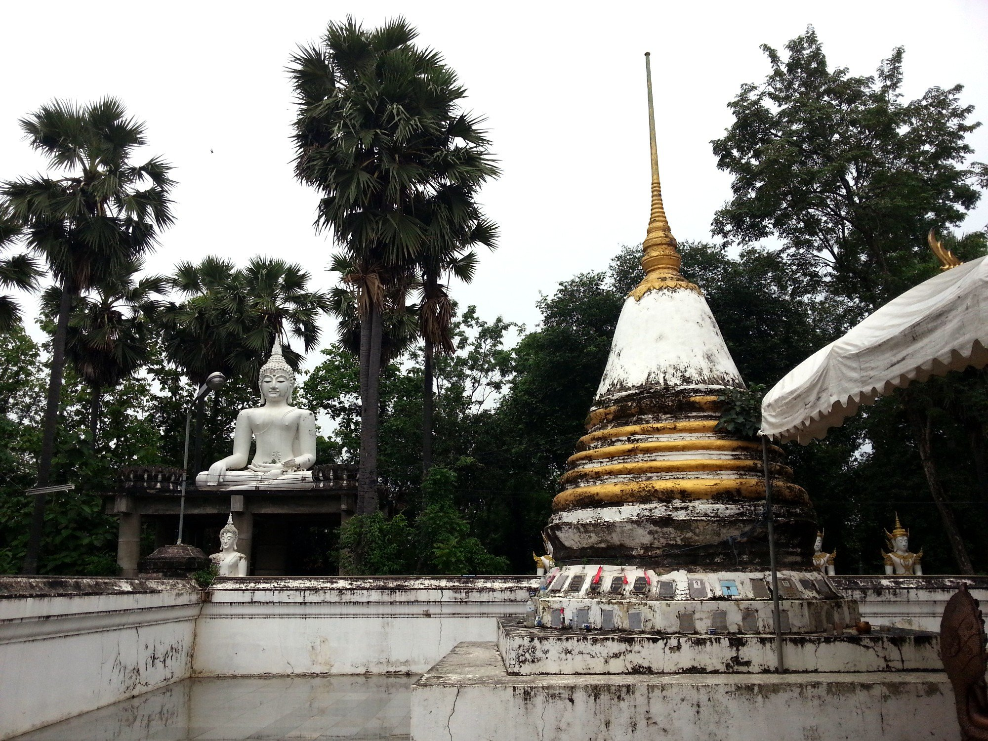 Chedi at Wat Phra Thaen Si La At