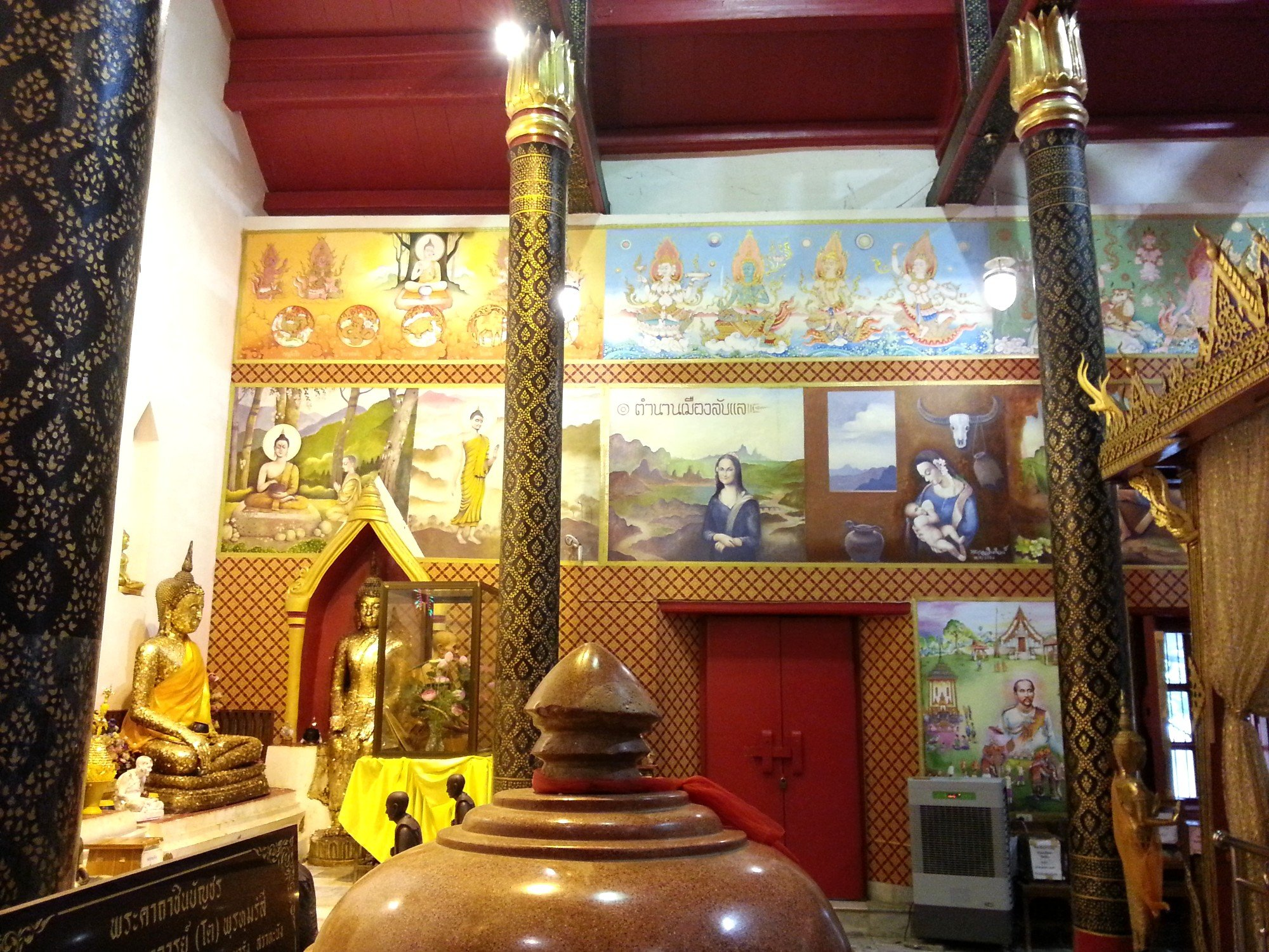 Wall murals at Wat Phra Thaen Si La At