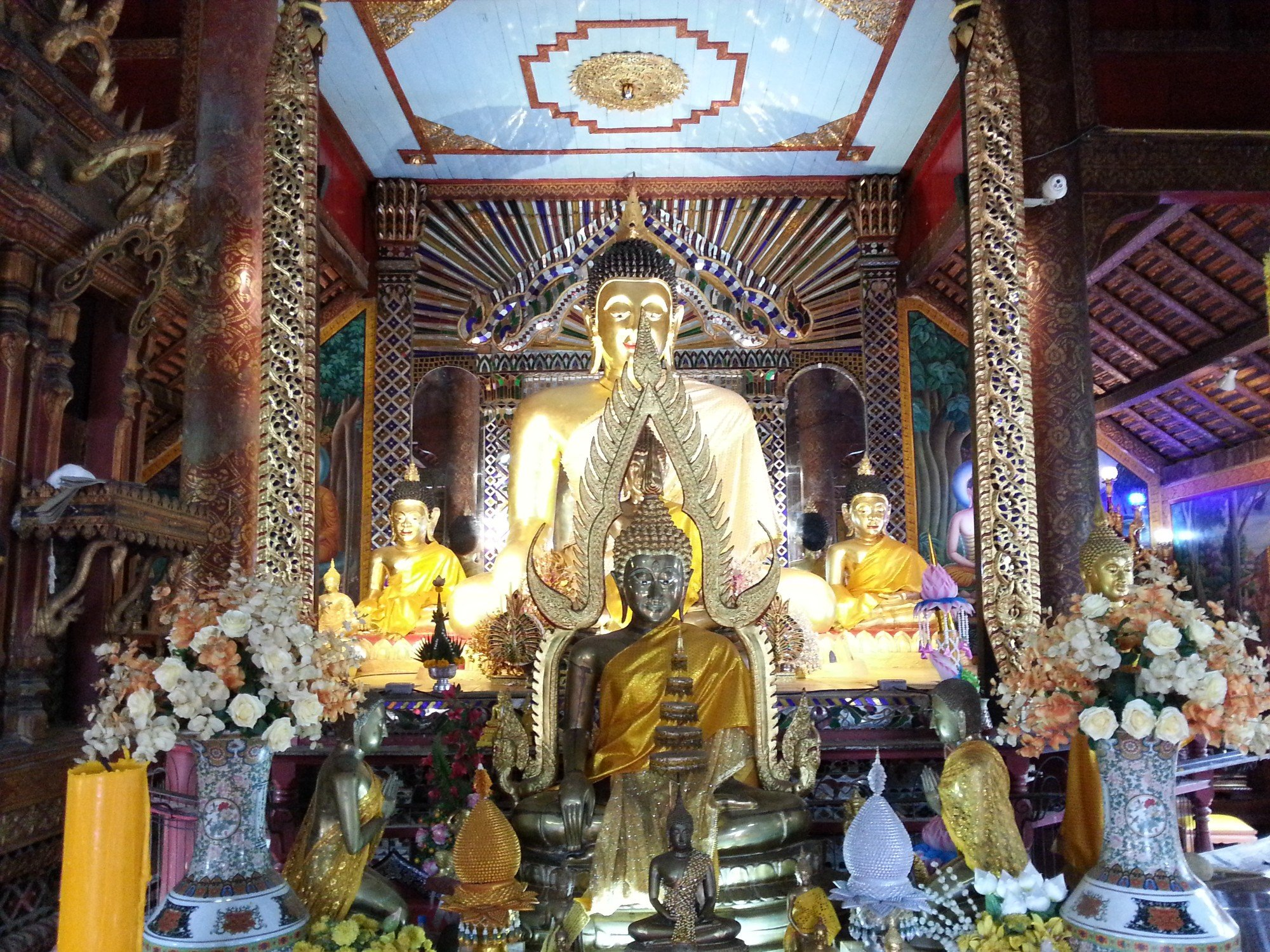 Main shrine at Wat Pratu Ton Phueng