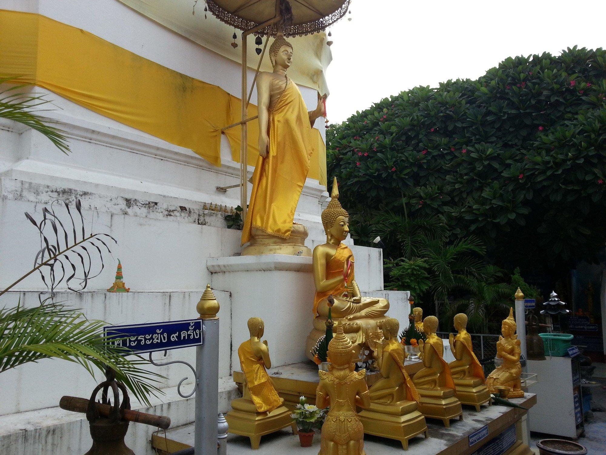 Statues at the base of the chedi at Wat Pratu Ton Phueng