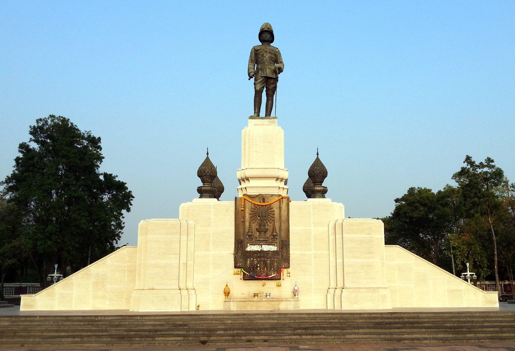 King Rama VI statue at Lumphini Park