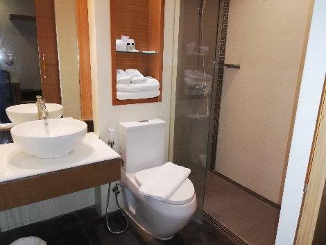 Bathroom at the Suvarnabhumi Suite Hotel