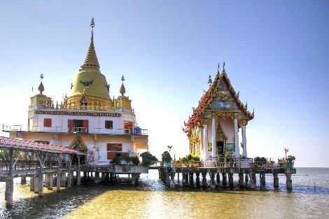 Wat Hong Thong is located on the coast between Bangkok and Pattaya